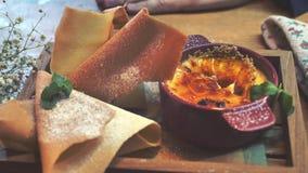 Il metraggio del primo piano, soufflè crema dolce del dessert del gusto con il Belgio waffles video d archivio