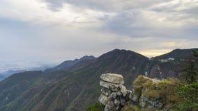 Il metraggio di Timelapse del mare della montagna LU della Cina delle nuvole abbellisce in autunno tardo stock footage