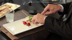 Il metraggio di una persona in vestito che ha rottura e mangia i suoi pancake video d archivio