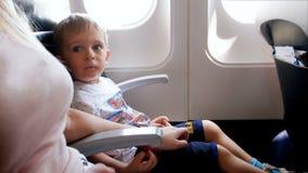 il metraggio 4k del ragazzino nervoso e spaventato durante decolla in aeroplano stock footage