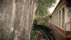 il metraggio 4K di un funzionamento antico del treno su uno sharp ha curvato la ferrovia che curva su un ponte attraverso il fium video d archivio