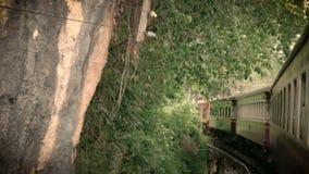 il metraggio 4K di un funzionamento antico del treno su uno sharp ha curvato la ferrovia che curva su un ponte attraverso il fium stock footage