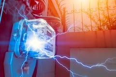 Il metro di watt-ora con il pericolo di cortocircuito dell'elettricità di esagera il potere fotografie stock libere da diritti