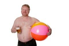 Il mezzo di peso eccessivo ha invecchiato l'uomo con beach ball & la birra fotografia stock libera da diritti