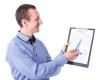 Il mezzo ha invecchiato l'uomo d'affari che mostra il suo business plan sulla lavagna per appunti i fotografia stock