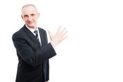 Il mezzo ha invecchiato l'uomo elegante che mostra il gesto di numero cinque Immagine Stock
