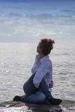 Il mezzo ha invecchiato la donna alla spiaggia che esegue l'yoga Immagine Stock Libera da Diritti
