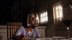 Il mezzo ha invecchiato la donna che chiacchiera con i suoi amici al patio del cortile video d archivio