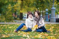 Il mezzo ha invecchiato la donna con la figlia un giorno dell'autunno Fotografia Stock