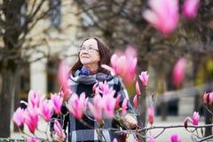 Il mezzo ha invecchiato la donna a Parigi un giorno di molla Fotografie Stock Libere da Diritti