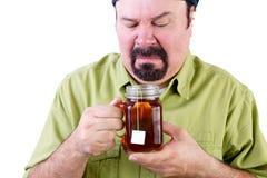 Il mezzo incerto ha invecchiato l'uomo con la tazza sana di tè Fotografia Stock