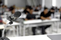 Il microfono è situato alla sala riunioni bianca di conferenza o fotografie stock libere da diritti