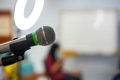 Il microfono del fuoco dentro compone la classe immagini stock libere da diritti