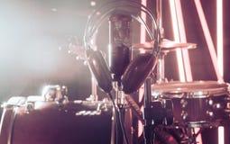 Il microfono e le cuffie dello studio su un primo piano stanno, in un recor Immagini Stock Libere da Diritti