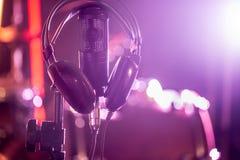 Il microfono e le cuffie dello studio su un primo piano stanno, in un recor Fotografie Stock