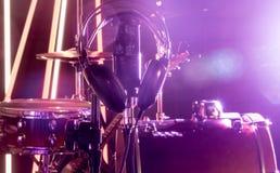 Il microfono e le cuffie dello studio su un primo piano stanno, in uno studio di registrazione o in una sala da concerto Immagine Stock Libera da Diritti