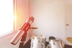 Il microfono per canta e tamburi nella stanza di musica fotografie stock libere da diritti
