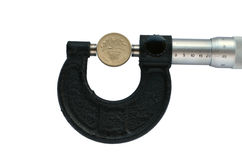 Il micrometro misura il diametro di una moneta di libbra Fotografia Stock Libera da Diritti