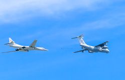 Il-78 (Midas) aerial tanker and Tu-160 (Blackjack) Royalty Free Stock Images