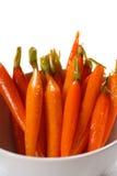 Il miele ha lustrato le carote di bambino in una ciotola Immagine Stock