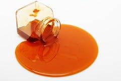 Il miele straripa un vaso di vetro Immagine Stock Libera da Diritti