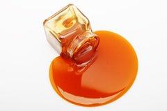 Il miele straripa un vaso di vetro Fotografie Stock Libere da Diritti
