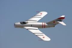 Il MIG 17 vola vicino Immagini Stock
