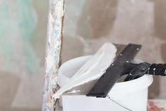 Il miglioramento della Camera dal lavoratore mette lo strato di finitura dello stucco Fotografie Stock Libere da Diritti