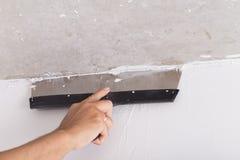 Il miglioramento della Camera dal lavoratore mette lo strato di finitura dello stucco su Th Immagine Stock Libera da Diritti