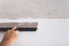 Il miglioramento della Camera dal lavoratore mette lo strato di finitura dello stucco su Th Fotografia Stock