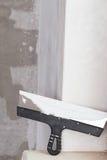 Il miglioramento della Camera dal lavoratore mette lo strato di finitura dello stucco su Th Fotografia Stock Libera da Diritti