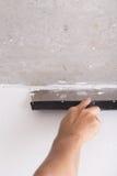 Il miglioramento della Camera dal lavoratore mette lo strato di finitura dello stucco su Th Immagini Stock Libere da Diritti