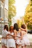 Il migliore abbracciare delle amiche Fotografie Stock