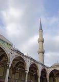 Il minareto blu della moschea Fotografie Stock