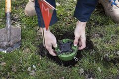 Il minatore scava una miniera Sminatura del territorio i tipi scava una miniera su un campo minato servizio in esercito Lavoro pe fotografie stock