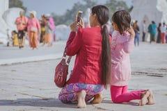 Il MINGUN-Myanmar, il 20 gennaio 2019: Turisti non identificati che camminano e che fotografano a Mya Thein Tan Pagoda gennaio 20 fotografia stock libera da diritti