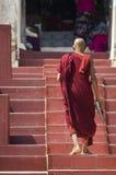 Il Mingun Pahtodawgyi e un monaco fotografia stock libera da diritti