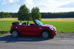 Il mini cabrio durante l'estate ha parcheggiato accanto ad un countryroad Fotografia Stock