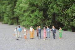 il mini della figura dello straniero sulla riunione fotografie stock