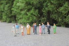 il mini della figura dello straniero sulla riunione fotografia stock