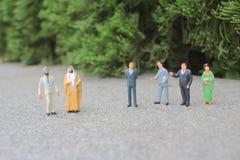 il mini della figura dello straniero sulla riunione immagine stock