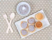 Il mini pancake completato ha mescolato il taro su gray Immagini Stock Libere da Diritti