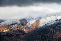 Il minimo si rannuvola le alte montagne al giorno di inverno Immagini Stock Libere da Diritti