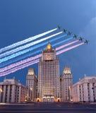 Il ministero degli affari esteri della Federazione Russa e gli ærei militari russi volano nella formazione, Mosca, Russia Fotografie Stock