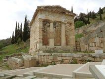 Il Ministero del Tesoro delle ateniese su Hillside del sito archeologico di Delfi fotografia stock