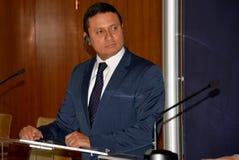Il ministro degli affari esteri Carlos Raul Morales del guatemalteco durante la visita ufficiale in Serbia dà una dichiarazione d fotografie stock
