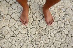 Il mio piede su terra incrinata Fotografia Stock
