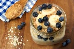 Il mirtillo e la banana fanno colazione farina d'avena di notte in barattolo di muratore Fotografia Stock Libera da Diritti