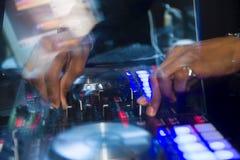 Il miscelatore del DJ con le mani del DJ fa la musica Fotografia Stock Libera da Diritti