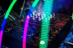 Il miscelatore di musica con le manopole ed il volume livella per la miscelazione professionale del DJ in night-club Fotografia Stock Libera da Diritti